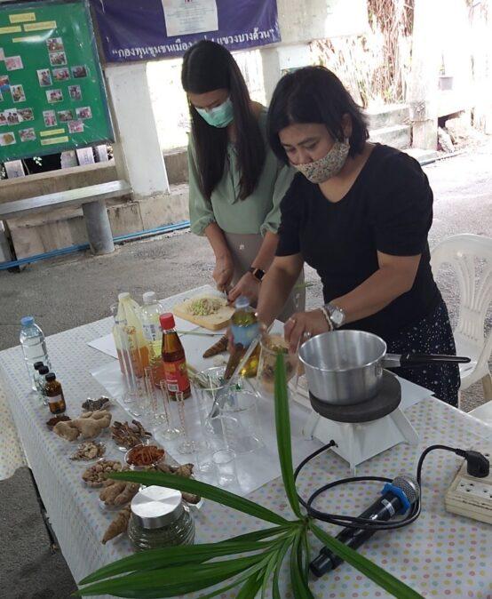 การให้ความรู้แก่ชุมชนเลิศสุขสม เกี่ยวกับการผลิตน้ำมันเหลืองจากผลผลิตทางการเกษตร